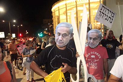 המפגינים בתל אביב, יצאו מכיכר הבימה לקריית הממשלה (צילום: מוטי קמחי)