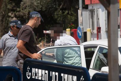 החשוד מובא לבית המשפט, היום בירושלים (צילום: אוהד צויגנברג)