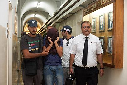 אחד החשודים, אתמול בבית המשפט (צילום: אוהד צויגנברג)