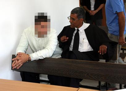 אחד החשודים, היום בבית המשפט (צילום: רועי עידן)