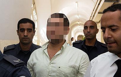 החשוד בן 19 בדיון בהארכת מעצרו (צילום: אוהד צויגנברג)