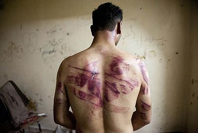 סורי שעונה בעיר חלב. ארכיון (צילום: AFP)