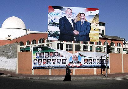 כרזה של מורסי וראש ממשלת חמאס הנייה בעזה (צילום: AP)