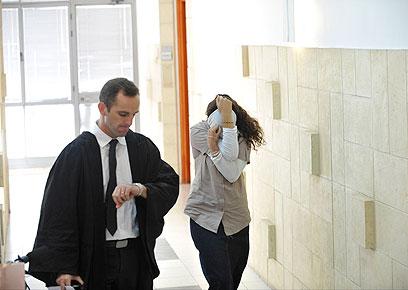 אחת הנאשמות בבית המשפט (צילום: בני דויטש)