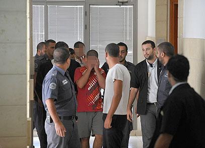 חלק מהמעורבים בפרשה בבית המשפט אחרי האירוע (צילום: בני דויטש)