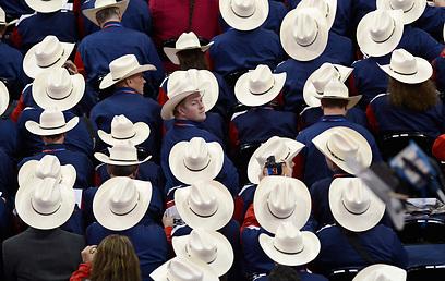המשלחת מטקסס בכובעי בוקרים לבנים (צילום: EPA)