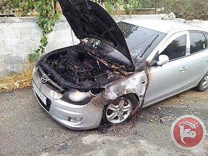 רכב אחד נשרף, כתובות רוססו על גדר הבית (צילום מסך)