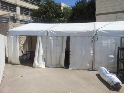 האוהל בבית יעקב, מבחוץ. מחכים למבנים הניידים