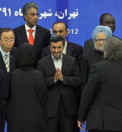 באן לצד אחמדינג'אד (צילום: AFP)