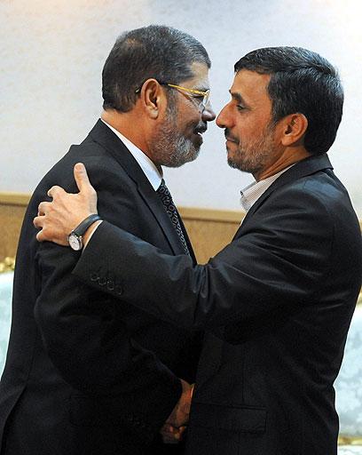 """מורסי ואחמדינג'אד. """"איראן היא שחקן מרכזי באזור""""         (צילום: EPA)"""