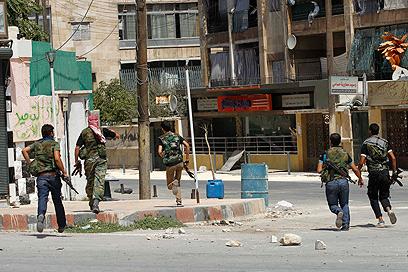 מורדים סורים בעיר חלב. תקפו אתמול עמדות של הצבא (צילום: רויטרס)
