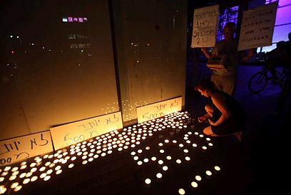 נרות הנשמה בהפגנה (צילום: מוטי קמחי)