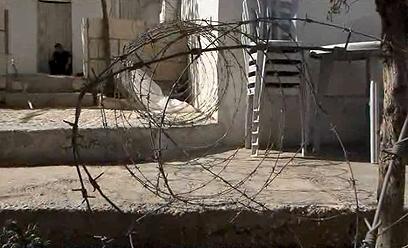 """""""הם שמו גדר תיל והשאירו שביל קטן"""". בית המריבה במזרח ירושלים, היום (צילום: אלי מנדלבאום)"""