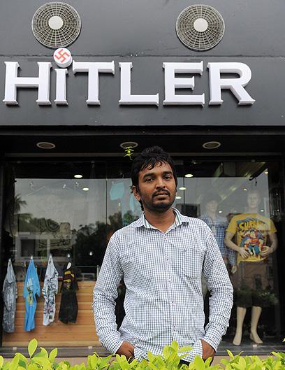 לא שמע על היטלר קודם לכן. אחד מבעלי החנות (צילום: AFP)