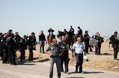 השוטרים באו ממוגנים, ולא נפגעו (צילום: alarab.net)