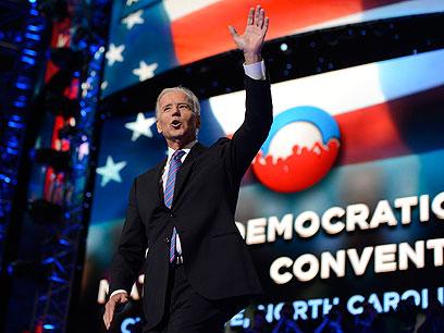 סגן הנשיא ביידן הקפיץ את הקהל לפני עליית אובמה לנאום (צילום: MCT)