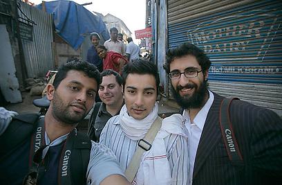 יהודי-חרדי ומוסלמי במשכנות העוני של בומביי. עם חבריו (צילום: מאיר אלפסי)