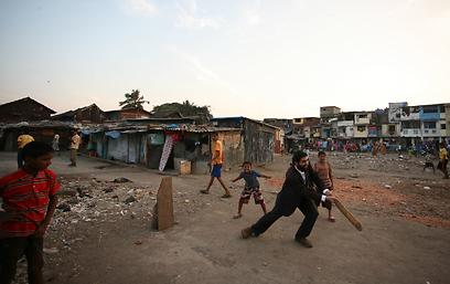 אלפסי במשכנות העוני של מומבאי (צילום: מאיר אלפסי)