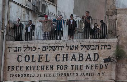 תנו חיוך. הצ'ילי פפרס על המרפסת הירושלמית. (צילומים: אוהד צויגנברג)