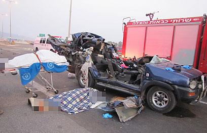גופות ההורים ליד הרכב המרוסק (צילום : אתר פאנט)