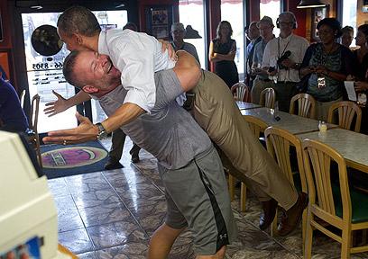 אובמה מקבל חיבוק מבעל פיצריה בפלורידה (צילום: AFP)