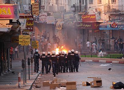 הרשות בוערת. מפגינים בגדה (צילום: רויטרס)