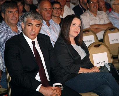 """שלי יחימוביץ' עם יאיר לפיד. """"לזכור למה הולכים לבחירות"""" (צילום: מוטי קמחי)"""