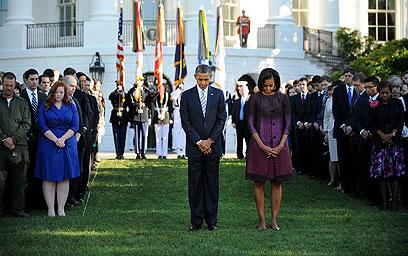 הזוג הנשיאותי בדקת דומייה בבית הלבן, ברגע שבו פגע המטוס במגדל הראשון (צילום: EPA)