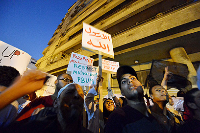 """מפגינים במחאה על הסרט אמש מול שגרירות ארה""""ב בקהיר (צילום: AFP)"""