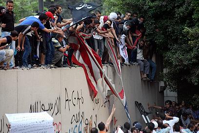 """מתפרעים מחוץ לשגרירות ארה""""ב בקהיר, אמש (צילום: AP)"""