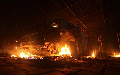 הקונסוליה האמריקנית עולה באש (צילום: רויטרס)
