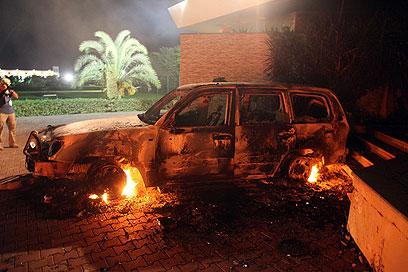 """מכוניתו השרופה של שגריר ארה""""ב בלוב (צילום: רויטרס)"""