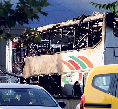 האוטובוס שפוצצו המחבלים בבורגס (צילום: EPA)