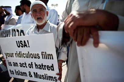 """הפגנת התנועה האיסלאמית מול שגרירות ארה""""ב בתל אביב (צילום: רויטרס)"""