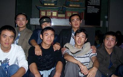"""""""אמנם בסין הייתי רופא שיניים, אך כאן עבדתי במטבח ובכל עבודה שנתנו לי – והייתי מאושר"""". עם חבריו לקהילה היהודית הסינית"""