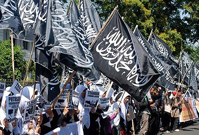 דגלים שחורים בג'קרטה (צילם: AFP)