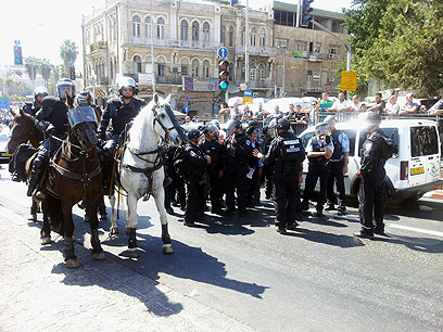 שוטרים ופרשים מנעו מהמפגינים להגיע לקונסוליה האמריקנית במזרח ירושלים (צילום: נועם (דבול) דביר)