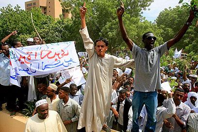 מפגינים בחרטום, היום (צילום: AFP)