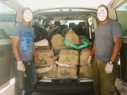 המשטרה לקחה את חבילות הסם (צילום: דוברות משטרת מחוז דרום)
