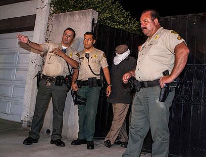 נאקולה והשוטרים מחוץ לביתו (צילום: רויטרס)