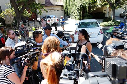 העיתונות מחוץ לביתו של נאקולה (צילום: רויטרס)