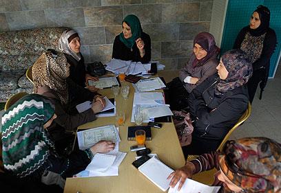 """אסיפה של הנשים ברשימה: """"צעד נועז"""" (צילום: AP)"""