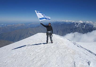 נדב בן יהודה על פסגת הקאזבק בגאורגיה  (צילום: אנה גודג'בידזה)