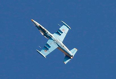 מגבירים התקיפות האוויריות נגד מעוזי המורדים. מטוס סורי מעל חלב (צילום: רויטרס)