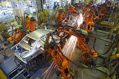 מפעל רכב באיראן. פז'ו סיטרואן הפסיקה לשלוח חלקים (צילום: רויטרס)