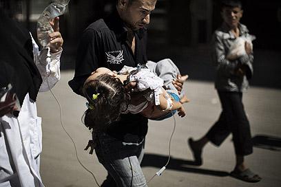 ילדה שנפגעה בחלב (ארכיון) (צילום: AFP)