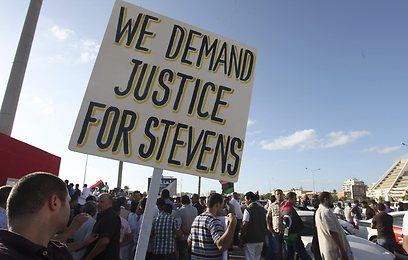 """ההפגנה מוקדם יותר בבנגזי. """"צדק לשגריר האמריקני שנהרג"""" (צילום: AP)"""