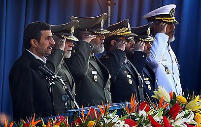 נשיא איראן אחמדינג'אד צופה על מצעד צבאי. גם איראן שולחת מסרים