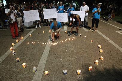 מפגינים בכיכר רבין, הערב (צילום: מוטי קמחי)