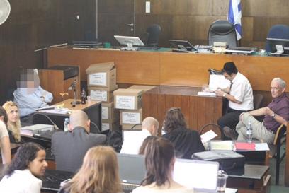 מעיד בבית המשפט המחוזי תל אביב (צילום: מוטי קמחי)